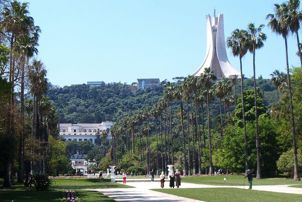 Promeneurs au Jardin d'essai El Hamma  à Alger