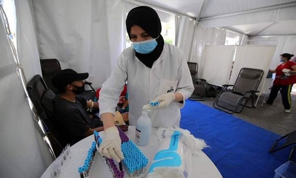 une infirmière préparant les vaccins de covid 19