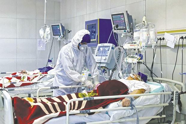 Personnel soignant au chevet d'un malade en Algérie