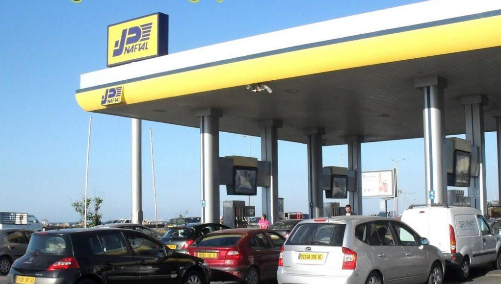 Station essence de la marque Naftal, consommateurs algériens qui font la queue