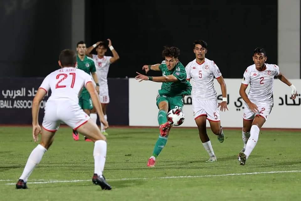 Mohamed Omar Rafik reprend de volée et permet à l'Algérie d'ouvrir le score face à la Tunisie en demi-finale de la Coupe arabe des nations U20.