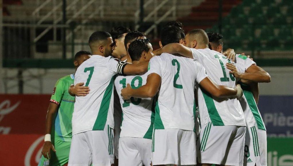 Joueurs algériens qui se congratulent après un but face à Djibouti