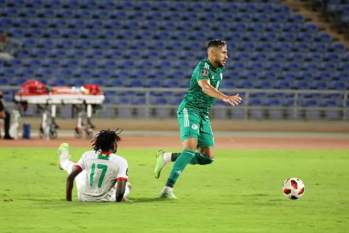Youcef Belaili dribble un joueur du Burkina Faso