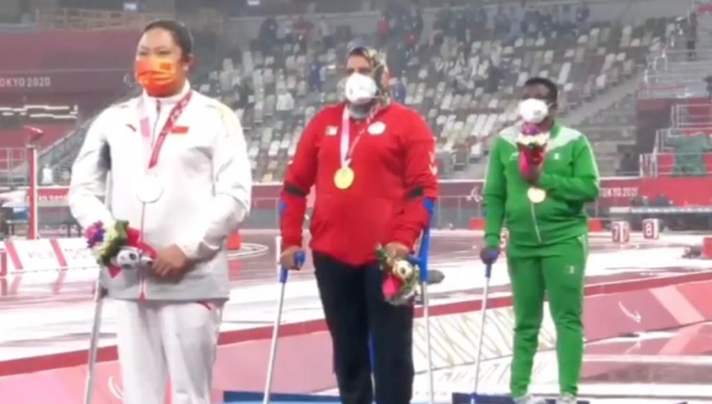 Safia Djelal sur le podium aux Jeux Paralympiques de Tokyo